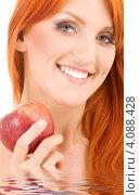Купить «Молодая женщина с яблоком в руке», фото № 4088428, снято 7 февраля 2009 г. (c) Syda Productions / Фотобанк Лори