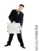 Купить «Молодой бизнесмен в костюме с металлическим кейсом на белом фоне», фото № 4088504, снято 23 декабря 2006 г. (c) Syda Productions / Фотобанк Лори