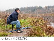 Купить «Рыбак сидит на стуле возле удочек», эксклюзивное фото № 4092796, снято 5 ноября 2012 г. (c) Игорь Низов / Фотобанк Лори