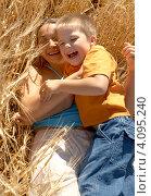 Купить «Счастливая мама обнимает сына на пшеничном поле», фото № 4095240, снято 9 августа 2006 г. (c) Syda Productions / Фотобанк Лори