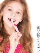 Купить «Маленькая девочка чистит зубы розовой зубной щеткой», фото № 4095636, снято 3 октября 2009 г. (c) Syda Productions / Фотобанк Лори