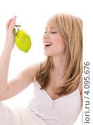 Купить «Привлекательная девушка с лимоном в руке», фото № 4095676, снято 3 января 2009 г. (c) Syda Productions / Фотобанк Лори