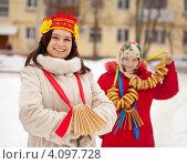 Купить «Две девушки во время Масленицы», фото № 4097728, снято 26 февраля 2012 г. (c) Яков Филимонов / Фотобанк Лори