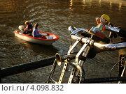 Старинный велосипед на мосту у реки (2008 год). Редакционное фото, фотограф Soft light / Фотобанк Лори