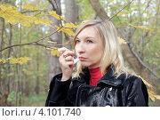 Купить «Красивая сорокалетняя женщина собирается купировать приступ бронхиальной астмы с помощью ингалятора», фото № 4101740, снято 15 октября 2012 г. (c) Виктория Фрадкина / Фотобанк Лори