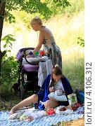 Купить «Мама ухаживает за ребёнком в летний полдень», эксклюзивное фото № 4106312, снято 16 июля 2011 г. (c) Дмитрий Неумоин / Фотобанк Лори