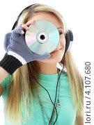Купить «Юная девушка слушает музыку в наушниках на белом фоне», фото № 4107680, снято 25 февраля 2007 г. (c) Syda Productions / Фотобанк Лори