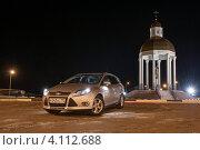 Купить «Автомобиль Ford Focus и огни вечернего города», фото № 4112688, снято 11 декабря 2012 г. (c) Александр Овчинников / Фотобанк Лори