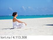 Купить «Молодая женщина медитирует в позе лотоса на песочном пляже у моря», фото № 4113308, снято 23 января 2010 г. (c) Syda Productions / Фотобанк Лори