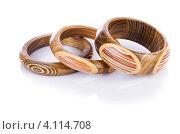 Купить «Деревянные браслеты на белом фоне», фото № 4114708, снято 4 июля 2012 г. (c) Elnur / Фотобанк Лори