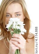 Купить «Очаровательная девушка с белыми цветами в руках», фото № 4114888, снято 7 апреля 2007 г. (c) Syda Productions / Фотобанк Лори