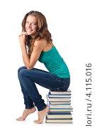 Купить «Стройная студентка сидит на стопке книг в студии», фото № 4115016, снято 22 августа 2012 г. (c) Elnur / Фотобанк Лори