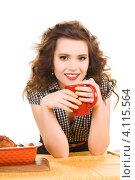 Очаровательная девушка пьет чай из красной кружки на кухне. Стоковое фото, фотограф Syda Productions / Фотобанк Лори