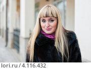 Купить «Портрет светловолосой девушки в норковой шубе на улице города», эксклюзивное фото № 4116432, снято 11 декабря 2012 г. (c) Игорь Низов / Фотобанк Лори