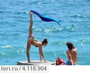 Купить «Красивая женщина на фоне моря делает гимнастическое упражнение», фото № 4118904, снято 7 августа 2012 г. (c) Несинов Олег / Фотобанк Лори