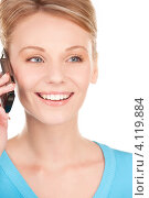 Купить «Жизнерадостная девушка с мобильным телефоном в руках на белом фоне», фото № 4119884, снято 12 декабря 2009 г. (c) Syda Productions / Фотобанк Лори