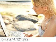 Купить «Счастливая молодая женщина работает за ноутбуком», фото № 4121872, снято 18 мая 2007 г. (c) Syda Productions / Фотобанк Лори