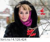 Купить «Портрет светловолосой девушки в норковой шубе возле веток рябины», эксклюзивное фото № 4126424, снято 11 декабря 2012 г. (c) Игорь Низов / Фотобанк Лори