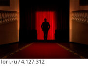 Купить «Силуэт человека в лучах софитов», фото № 4127312, снято 17 декабря 2012 г. (c) Николай Винокуров / Фотобанк Лори