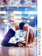 Купить «Стройная девушка стоит на коленях, прогнувшись назад», фото № 4129852, снято 9 мая 2012 г. (c) chaoss / Фотобанк Лори