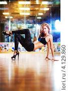 Купить «Стройная привлекательная девушка в танцевальной студии», фото № 4129860, снято 9 мая 2012 г. (c) chaoss / Фотобанк Лори