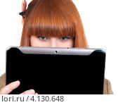 Девушка держит перед лицом планшетный компьютер. Стоковое фото, фотограф Logunov Maxim / Фотобанк Лори