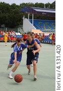 Купить «Юные баскетболистки (соревнования среди школьников по уличному баскетболу)», фото № 4131420, снято 15 июня 2010 г. (c) Наталья Горкина / Фотобанк Лори