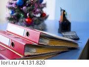 Офисные старые папки на фоне украшенной ели на столе. Стоковое фото, фотограф Светлана Кузнецова / Фотобанк Лори