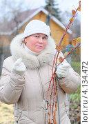 Купить «Женщина подвязывает куст  малины», эксклюзивное фото № 4134472, снято 19 ноября 2011 г. (c) Юрий Морозов / Фотобанк Лори