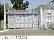 Резные деревянные ворота (2010 год). Редакционное фото, фотограф Dmitriy Semyonov / Фотобанк Лори
