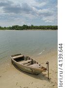 Лодка на берегу (2012 год). Редакционное фото, фотограф Михаил Бессмертный / Фотобанк Лори