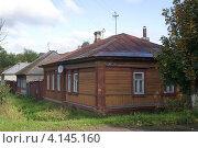 Купить «Старый деревянный дом с деревянным забором», фото № 4145160, снято 9 сентября 2012 г. (c) Малышев Андрей / Фотобанк Лори