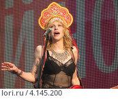 Кортни Лав в кокошнике на Пикнике Афиши-2011. Редакционное фото, фотограф Юлия Ротанина / Фотобанк Лори