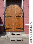Купить «Деревянная дверь в храме Святой Троицы в г. Щёлково Московской области», эксклюзивное фото № 4151572, снято 14 июля 2011 г. (c) lana1501 / Фотобанк Лори