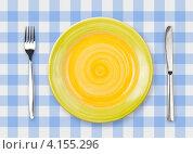 Купить «Круглая желтая тарелка с вилкой и ножом на голубой клетчатой скатерти», фото № 4155296, снято 21 июля 2010 г. (c) Андрей Кузьмин / Фотобанк Лори