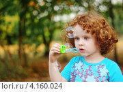 Портрет кудрявой рыжеволосой девочки, пускающей мыльные пузыри. Стоковое фото, фотограф Евстратенко Юлия Викторовна / Фотобанк Лори