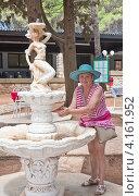 Купить «Женщина моет руки. Хорватия», фото № 4161952, снято 12 августа 2012 г. (c) Николай Коржов / Фотобанк Лори
