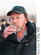 Купить «Портрет немолодого мужчины, пьющего на улице зимой водку», эксклюзивное фото № 4162188, снято 2 января 2013 г. (c) Игорь Низов / Фотобанк Лори