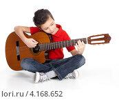 Купить «Мальчик с акустической гитарой на белом фоне», фото № 4168652, снято 2 января 2013 г. (c) Валуа Виталий / Фотобанк Лори