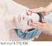Купить «Молодая женщина в салоне красоты, нанесение косметической маски на лицо», фото № 4172436, снято 10 марта 2012 г. (c) Андрей Кузьмин / Фотобанк Лори