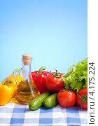 Купить «Свежие овощи с оливковым маслом на скатерти», фото № 4175224, снято 23 марта 2011 г. (c) Андрей Кузьмин / Фотобанк Лори