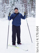 Мужчина катается на лыжах в лесу (2013 год). Редакционное фото, фотограф ivolodina / Фотобанк Лори