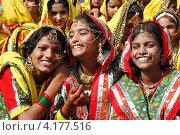 Раджастанские школьницы готовятся к танцевальному представлению на ежегодной ярмарке верблюдов в Пушкаре, Раджастан, Индия, 21 ноября 2012 года. Редакционное фото, фотограф крижевская юлия валерьевна / Фотобанк Лори