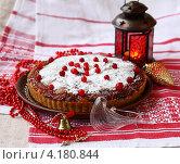 Купить «Постный дрожжевой пирог, украшенный клюквой, на фоне фонаря», фото № 4180844, снято 7 января 2013 г. (c) Олеся Сарычева / Фотобанк Лори