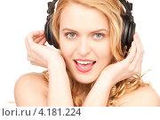 Купить «Счастливая девушка наслаждается музыкой в наушниках на белом фоне», фото № 4181224, снято 28 марта 2010 г. (c) Syda Productions / Фотобанк Лори