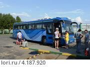 Купить «Посадка в автобус», фото № 4187920, снято 27 июля 2012 г. (c) Free Wind / Фотобанк Лори
