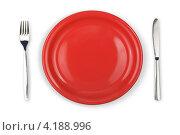 Купить «Круглая пустая красная тарелка, вилка и нож на белом фоне», фото № 4188996, снято 21 июля 2010 г. (c) Андрей Кузьмин / Фотобанк Лори