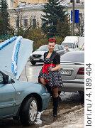Девушка с гаечным ключом стоит у автомобиля (2012 год). Редакционное фото, фотограф Сергей / Фотобанк Лори