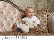 Нарядный мальчик  сидит на диване с медвежонком (2013 год). Редакционное фото, фотограф Котова Мария / Фотобанк Лори