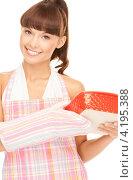 Купить «Счастливая домохозяйка держит в руках форму для запекания», фото № 4195388, снято 27 июня 2010 г. (c) Syda Productions / Фотобанк Лори